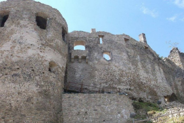 Ilustračný obrázok ku kvízu Poznáte zaujímavosti o Považskom hrade? Skúste KVÍZ a otestujte sa
