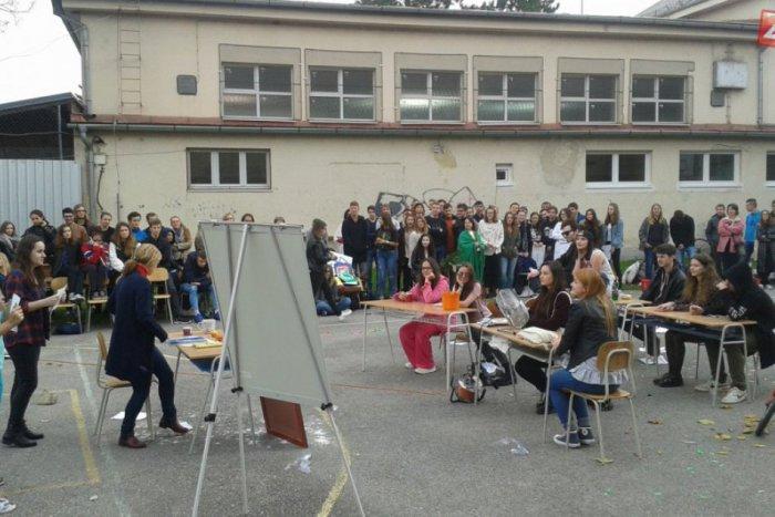 Ilustračný obrázok ku kvízu Študenti, absolventi aj ostatní: Otestuje sa, koľko toho viete o považskobystrickom gymnáziu