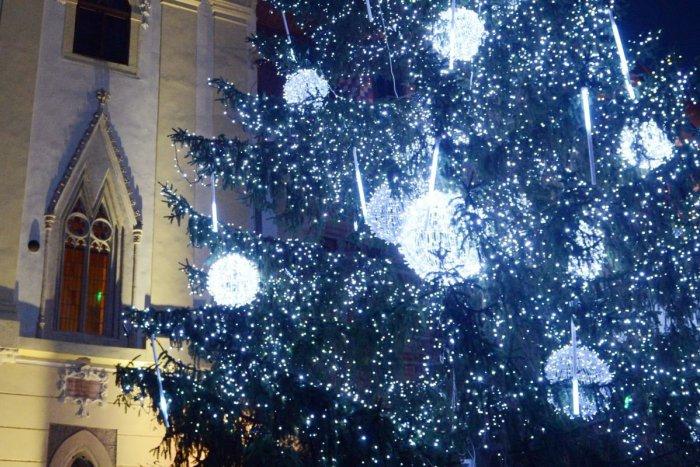a2e3decdd8ad Ilustračný obrázok k článku Slabá ochrana proti horeniu a zlá izolácia  Pri  kúpe vianočných svetielok