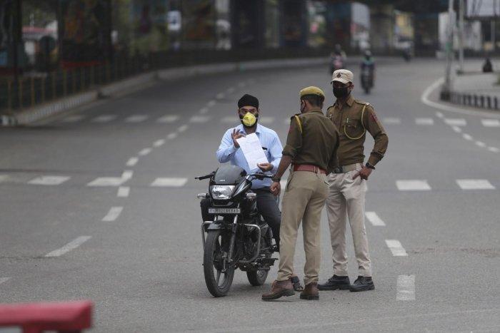 Hình ảnh minh họa cho bài viết HIỆN TẠI NGÀY: Cảnh sát lúng túng công khai những người không tôn trọng kiểm dịch